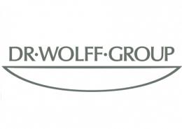 """Nicht jeder kennt Dr. Wolff. Aber fast jeder kennt unsere Marken Alpecin, Alcina, Plantur, Karex, Biorepair, Linola und Vagisan. Sei es durch populäre TV-Spots und markante Werbe-Sprüche wie """"Danke Lino"""", """"Doping für die Haare"""" oder durch einen Besuch in Apotheke oder Drogeriemarkt. Wir sind ein Bielefelder Familienunternehmen in vierter Generation mit rund 675 Mitarbeitern. Auch wenn wir gerne von """"Dr. Wolff"""" sprechen: Genau genommen handelt es sich bei uns um zwei unterschiedliche Unternehmen: Dr. Kurt Wolff (kosmetische Sparte) und Dr. August Wolff (medizinische Sparte)."""